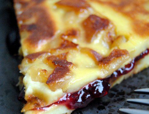 Crêpes en gâteau aux pommes et à la confiture de fruits rouges