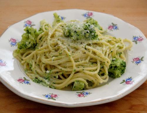 Spaghettis aux brocolis et fromage de chèvre