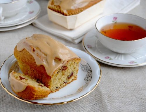 Cake aux noix aux dattes glaçage café